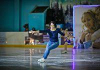 Министр на коньках. Татьяна Савинова вышла на лед с воспитанниками школы Гейтца