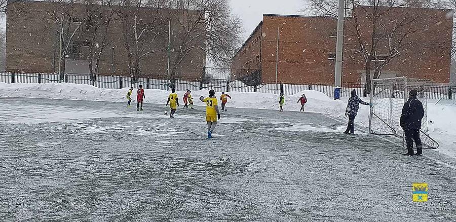 Футбол на снегу. «Рождественские встречи» собрали сотни молодых футболистов на поле