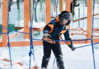 Опасный альпинизм: дети штурмуют закрытый веревочный парк в Степном