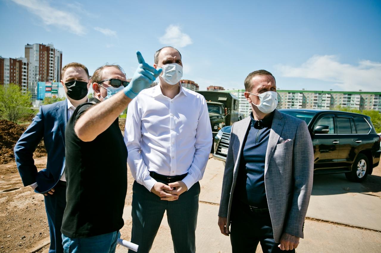 Паслер и Ильиных осмотрели стройку крупнейшего фитнес-центра Степного