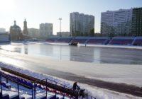 На стадионе «Оренбург» заливают каток. Он скоро начнёт работать