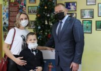 Ёлка желаний: минспорта Сергей Салмин вручил детям новогодние подарки