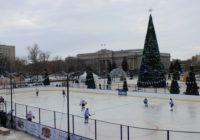 На главной площади Оренбурга открыли хоккейный корт