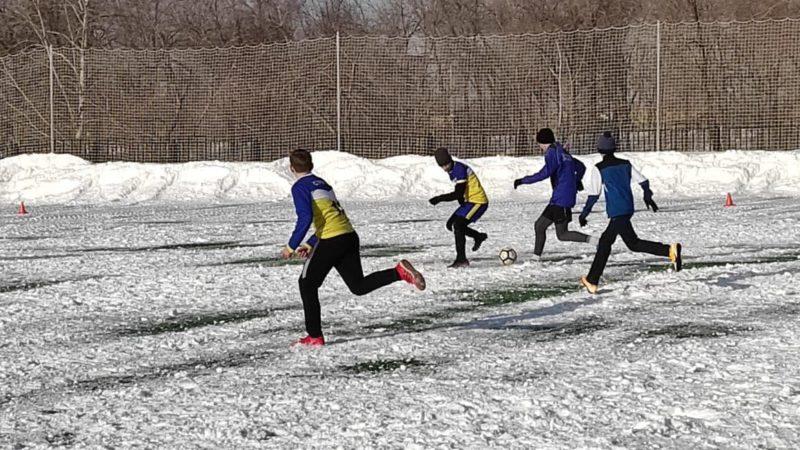 В Оренбурге футбольный турнир провели на нерасчищенном поле