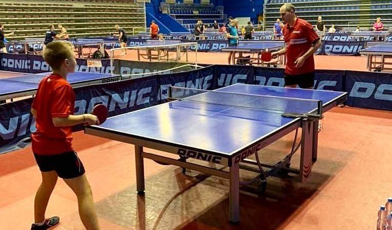 Денис Паслер сыграл в настольный теннис в канун Восьмого марта