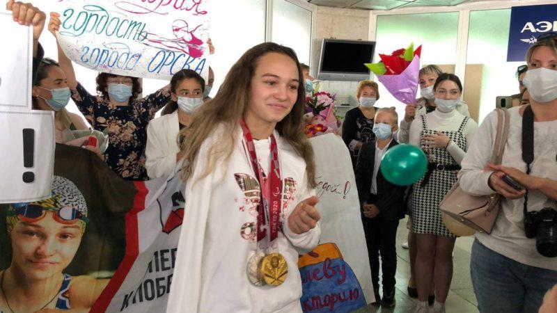 Денис Паслер подарил паралимпийской чемпионке Виктории Ищиуловой ключи от квартиры