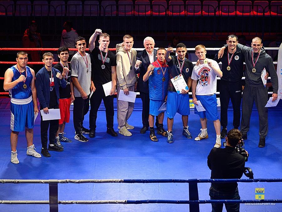 В Оренбурге прошел вечер бокса, посвященный 70-летию Александра Зеленцова